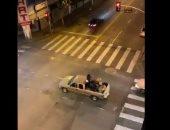 بعيدا عن الفوضى.. أمريكيون يتجولون بسيارة وقت الحظر لعزف الموسيقى.. فيديو