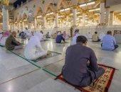 توافد المصلين إلى المسجد النبوى الشريف والتزامهم بارتداء الكمامات.. صور
