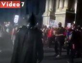 لحظة انضمام بات مان لمظاهرات جورج فلويد فى أمريكا.. فيديو
