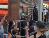 محتجون يصفقون لضابط شرطة جلس على ركبته رفضا للعنصرية بنيويورك.. فيديو