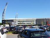 جماهير ميتلاند الدنماركي تشجع فريقها من داخل السيارات بجراج الملعب