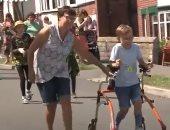 فيديو.. طفل بريطانى مصاب بشلل دماغى ينجح فى إكمال سباق ماراثون خيرى