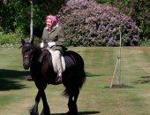 الملكة إليزابيث تمارس هواية ركوب الخيل يوميا رغم العزل المنزلى