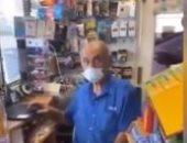 تداول فيديو ساخر لمصرى رد بذكاء على لص حاول سرقته خلال أعمال النهب بأمريكا