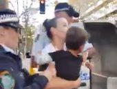 تنديدا بعنف الشرطة.. بريطانيون يعيدون نشر فيديو اعتداء أمن لندن على سيدة وطفلها فى الشارع