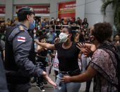 لحظة هجوم المتظاهرين على مقرات الشرطة فى المكسيك وتكسير سياراتها.. فيديو