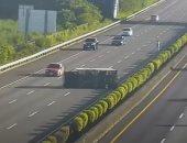 فيديو.. حادث غريب لسيارة ذاتية القيادة تصطدم بشاحنة على الطريق العام