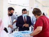 نائب محافظ قنا يتفقد مصنع الكمامات للوقاية من فيروس كورونا.. صور