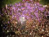 متظاهرون يضيئون هواتفهم المحمولة ليلا احتجاجا على مقتل جورج فلويد في أمريكا..فيديو