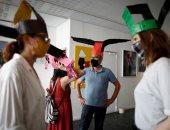 قبعات سلالة سونج الصينية.. أحدث حيلة للتباعد الاجتماعى بمعرض فى باريس