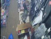 شاهد قيادى حوثى ينهب أموال محل تجارى فى صنعاء بقوة السلاح