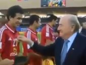 شاهد.. بلاتر يداعب تريزيجيه خلال تواجده مع الأهلي بكأس العالم للأندية