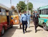 صور..نائب محافظ سوهاج يتفقد المواقف للتأكد من الالتزام بارتداء الكمامات