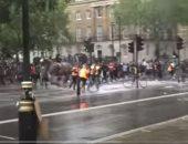حصان بوليسى يهرب من ساحة الاحتجاجات فى لندن.. فيديو