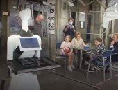 روبوت يقدم الطلبات فى بار إسبانى للزبائن خوفا من عدوى كورونا.. فيديو