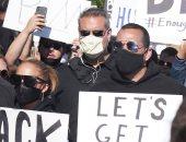شاهد جنيفر لوبيز تشارك بمسيرة احتجاجية مع خطيبها ضد العنصرية