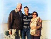 بطلي منذ 1960.. فان دام يحتفل بعيد ميلاد والده بصورة على أحد الشواطئ