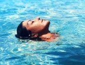 """""""شوية استرخاء"""".. الديفا سميرة سعيد تستمع بالسباحة بعيدا عن العمل"""