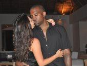 """كيم كاردشيان تحتفل بعيد ميلاد زوجها كانى ويست بـ""""قبلة"""".. وتعلق: ملكى"""