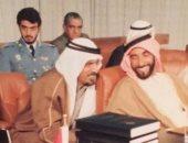 فى صورة نادرة.. ولى عهد أبو ظبى فى مطلع حياته مع والده الراحل الشيخ زايد