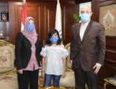 زوجة الشهيد العقيد يحيى حسن تتبرع بمبلغ مالى لدعم بنى سويف فى مواجهة كورونا