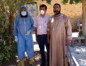 صور.. مسلمون يشاركون فى دفن قبطى بعد وفاته بمستشفى العزل بالأقصر