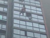 فيديو.. إنقاذ طفلة قبل السقوط من نافذة منزلها بالدور الـ 16 فى الصين