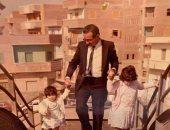 """نور الشريف مع بناته مى وسارة فى كواليس فيلم """"آخر الرجال المحترمين"""".. صورة"""