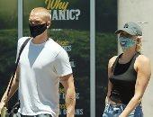 """مايلي سايروس تتبع أحدث خطوط """"الموضة""""..تظهر بقناع مضحك في لوس أنجلوس"""