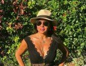 بفستان أسود.. رانيا يوسف تستمع بالأجازة الصيفية فى جلسة تصوير جديدة