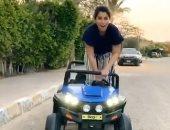 """""""يا رب بنتى ما تشوفنى"""".. آيتن عامر تقود سيارة أطفال فى الشارع.. فيديو"""