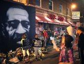 """""""الجرافيتى سلاح ضد العنصرية""""..  شعوب ترفض التفرقة بفن الشوارع.. فنان يصمم جدارية لتخليد الضحايا بباريس.. رسومات بالأسود تغطى أزقة تورنتو.. وأمريكيون يدشنون لوحة طولها 114 مترا بشوارع نيويورك لدعم السود.. صور"""