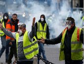 عودة مظاهرات السترات الصفراء فى شوارع فرنسا.. المئات يحتشدون فى ساحتين بباريس.. مواجهات بين الأمن والمحتجين.. والشرطة الفرنسية تطلق الغاز المسيل للدموع.. وإضرام النار فى سلال نفايات وسيارة.. والقبض على 28 شخصا