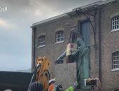 الحرب ضد رموز العنصرية مستمرة.. إزالة تمثال تاجر العبيد في لندن (فيديو)