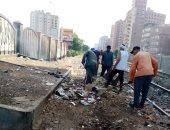 حى ثان المحلة يشن حملات رفع تراكمات القمامة الملقاة بفتحات السكة الحديد.. صور