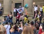 رقص وغناء بعد المظاهرات.. احتجاجات إنجلترا تنتهى بفقرات غنائية فى ليفربول