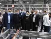 صور.. رئيس الوزراء يتفقد مصنعا لإنتاج الضفائر الإلكترونية للسيارات