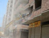صور ..محافظ المنيا يتابع إزالة برج مخالف بحى غرب
