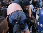 الإنسانية تكسب.. متظاهر ضد العنصرية يحمل شخصا من اليمين المتطرف فى لندن لإنقاذه