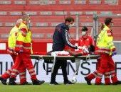 لاعب ماينز الألماني يتعرض لإصابة خطيرة فى الرأس أمام أجسبورج.. فيديو