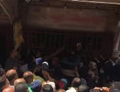 صور.. عشرات المواطنين يتزاحمون على محل بكفر الشيخ للحصول على سجائر