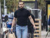 في نزهة بدون كمامة.. كيت هارينجتون يتجول في شوارع لندن برفقه كلبه