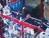 ضبط المتهم بلعق زجاج صيدلية بالغربية بلسانه