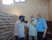 صور .. رئيس مدينة الحسينية بالشرقية يتابع صرف الأسمدة للمزارعين