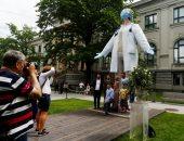 تمثال بطول 6 أمتار مخصص للأطباء فى لاتفيا لشكرهم عن مواجهة كورونا.. صور