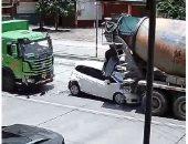 نجاة سائق وراكب بأعجوبة بعد أن سحقت سيارتهم بين شاحنتين. فيديو وصور