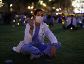 العاملون الطبيون يحتجون بالشموع للمطالبة بالمساواة العرقية فى أمريكا.. صور