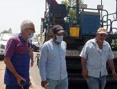 رئيس مدينة المحلة يتابع أعمال الرصف بقرية محلة حسن.. صور