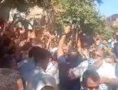 شاهد لحظة وصول المصريين العائدين من ليبيا لقريتهم .. الأفراح تعم القرية