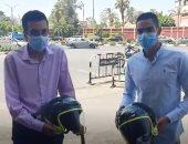 """فيديو.. الرئيس السيسى يهدى بطلى واقعة """"حادث السير"""" بالقاهرة خوذتين"""